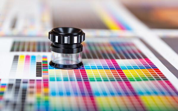 Ein runder Fadenzähler auf bunter Farbtafel
