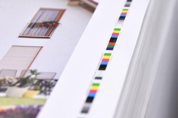 Farbbalken auf einem Druckbogen zur kontinuierlichen Messung und Kontrolle des  der Farbautrags
