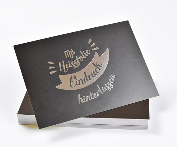 Stapel dunkler Visitenkarten mit partieller silberner Heißfolienprägung