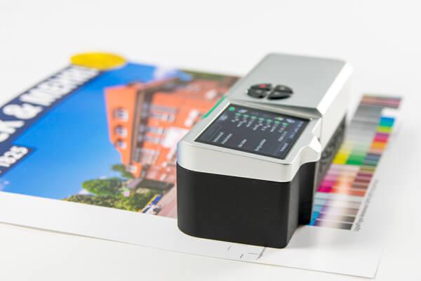Messung eines Farbproofs mit technischer Unterstützung
