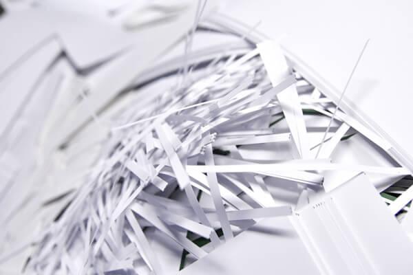 Stapel mit Papierreste, die durch Recycling wiederverwertet werden